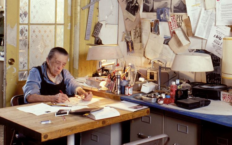 Louise Bourgeois in her home on West 20th Street, New York (2000). © The Easton Foundation / Licensed by VAGA at Artists RightsSociety (ARS), New York.Photo: © Jean-François Jaussaud.
