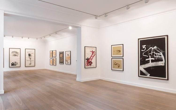 Exhibition view: Antoni Tàpies, Temps, matière, mémoire, Galerie Lelong & Co, Paris (6 September-7 October 2017). Courtesy Galerie Lelong & Co, Paris.