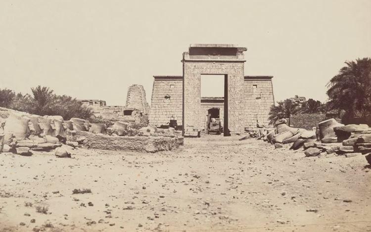 Pascal Sébah, Karnak Porte Ptolomuique avec les Iphium (1873–1875). 33.60 x 26.60 cm. Courtesy Galerie Julian Sander.