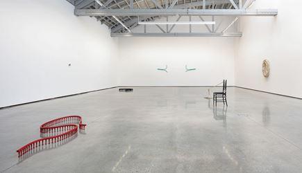 Exhibition view: Ricky Swallow, Shoulders, David Kordansky Gallery, Los Angeles (2 November–15 December 2018). Courtesy David Kordansky Gallery, Los Angeles. Photo: Fredrik Nilsen.