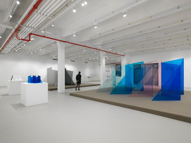 Exhibition view: Larry Bell, Still Standing, Hauser & Wirth, 22nd Street, New York (20 February–11 April 2020). © Larry Bell. Courtesy the artist and Hauser & Wirth. Photo: Dan Bradica.