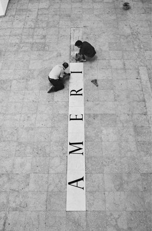 Lothar Baumgarten installingAmerica Señores Naturales,41st Venice Biennial (1984). All rights reserved. Courtesy Marian Goodman Gallery.