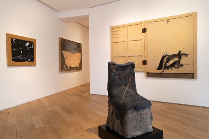 Exhibition view: Antoni Tàpies, L'objet, Galerie Lelong & Co., 38 Avenue Matignon, Paris (12 March–30 May 2020). Courtesy Galerie Lelong & Co. Paris.