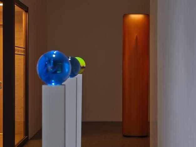 Exhibition view:Helen Pashgian, Lehmann Maupin, Hong Kong (12 November 2019–29 February 2020). Courtesy the artist and Lehmann Maupin, New York, Hong Kong, and Seoul.Photo:Kitmin Lee.