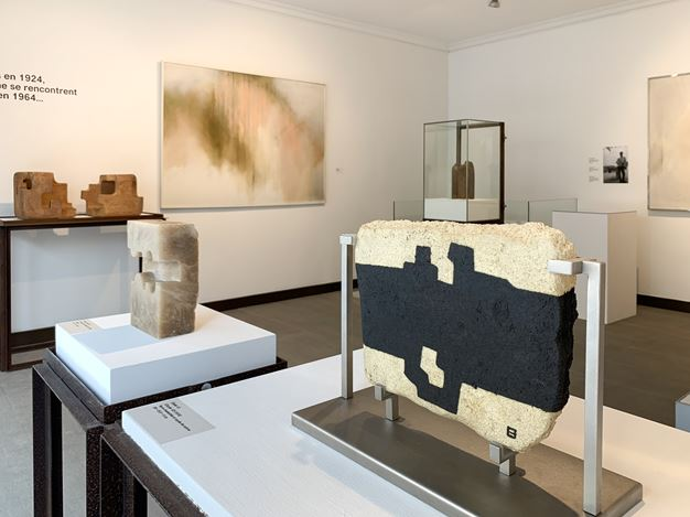 Exhibition view: Fernando Zóbel and Eduardo Chillida, Crisscrossing Paths, Courtesy Galeria Mayoral, Paris (12 September–9 December 2020). Courrtesy Galeria Mayoral.