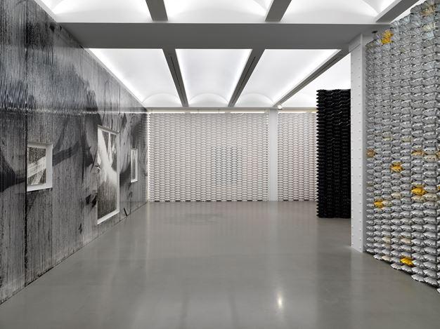 Exhibition view: Gregor Hildebrant, In meiner Wohnung  gibt es viele Zimmer, Perrotin, New York (3 November–22 December 2018). Courtesy the artist and Perrotin.Photo: Dario Lasagni.