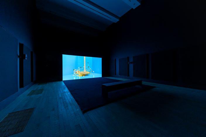Exhibition view: Mika Rottenberg, SNEEZE, Tai Kwun Contemporary (24 October 2020–7 February 2021). Courtesy Tai Kwun Contemporary. Photo: Samson, Cheung Choi Sang.