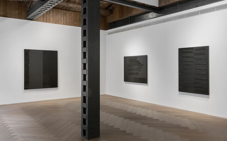 Exhibition view: Pierre Soulages, Perrotin, Shanghai (5 November–28 December 2019). © Pierre Soulages / ADAGP, Paris, 2019. Courtesy the artist and Perrotin. Photo: Ringo Cheung.