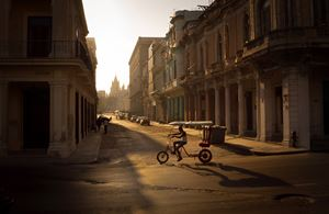 A morning in Havana 哈瓦那的早晨 by Xiao Ge contemporary artwork