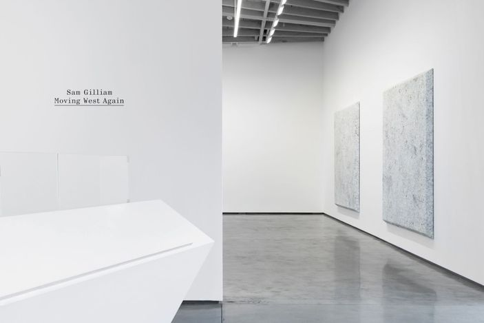 Exhibition view: Sam Gilliam, Moving West Again, David Kordansky Gallery, Los Angeles (15 May–2 July 2021). Courtesy David Kordansky Gallery.