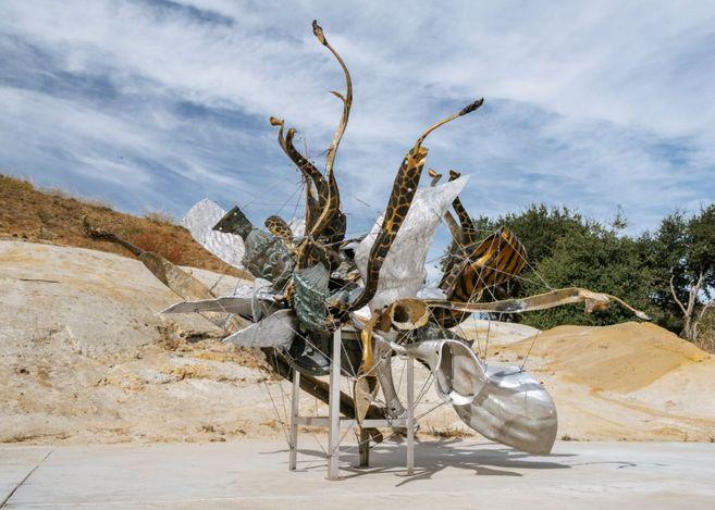 Nancy Rubins,Fizzy's Nebuli (2019).Aluminium, brass, bronze, stainless steel, and stainless steel wire. 200.7 × 261.6 × 292.1 cm.© Nancy Rubins. Courtesy Gagosian. Photo: Brian Guido.