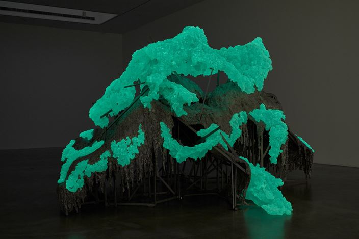 Installation view: Lynda Benglis, Hills and Clouds, Pace Gallery, New York (16 January–22 February 2020). © Lynda Benglis. Courtesy Pace Gallery.