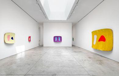 Exhibition view: Ron Gorchov, The Last Paintings 2017–2020, Cheim & Read, New York (14 September–18 December 2021). © 2021 Ron Gorchov / Artist Rights Society (ARS). Photo: Alex Yudzon / Courtesy Cheim & Read, New York.