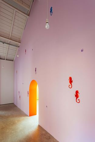 Nicolas Party, Seahorse (2019).Exhibition view: Nicolas Party,Polychrome, The Modern Institute, Osborne Street, Glasgow (25 May–24 August 2019). Courtesy the artist and The Modern Institute/Toby Webster Ltd, Glasgow.