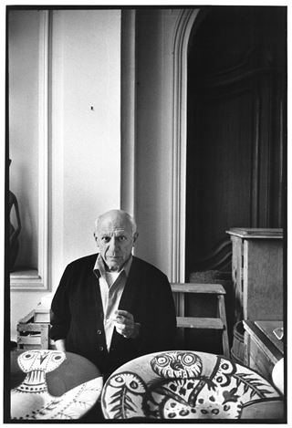 David Douglas Duncan, Picasso et céramique (oiseau) [Picasso and ceramic (bird)] (1957). Vintage gelatin silver print. 35.4 x 24.4 cm. © David Douglas Duncan and Succession Picasso/DACS, London 2019. Courtesy the estate David Douglas Duncan.
