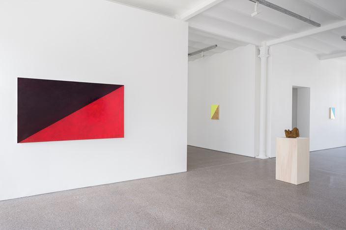 Exhibition view: Jean-Luc Moulène, Condensés et dilutions, Galerie Greta Meert, Brussels (19 April–39 June 2018). Courtesy Galerie Greta Meert.
