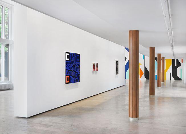Exhibition view: Sarah Morris, Cloak and Dagger, Capitain Petzel, Berlim (21 June–26 August 2017). © the artist. Courtesy Capitain Petzel, Berlin. Photo: Jens Ziehe.