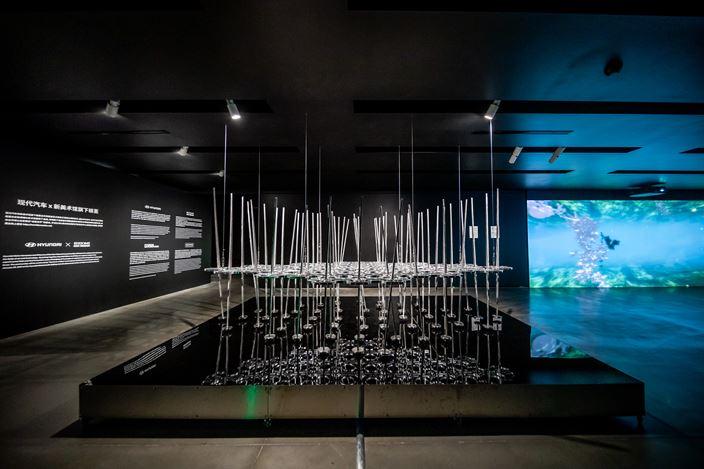 Ye Nan, Breeze Life (2020). Aluminium, stainless steel, magnet, motor, wire rope. 430 x 240 x 600 cm. Courtesy Hyundai Motorstudio Beijing.