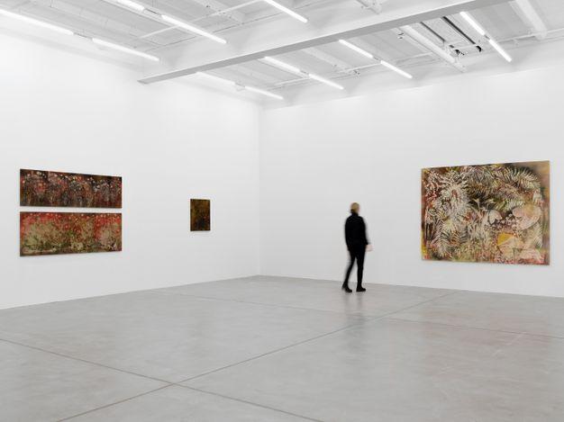 Exhibition view: Sam Falls, Galerie Eva Presenhuber, Maag Areal, Zurich (27 March–15 May 2021). © Sam Falls. Courtesy the artist and Galerie Eva Presenhuber, Zurich / New York.
