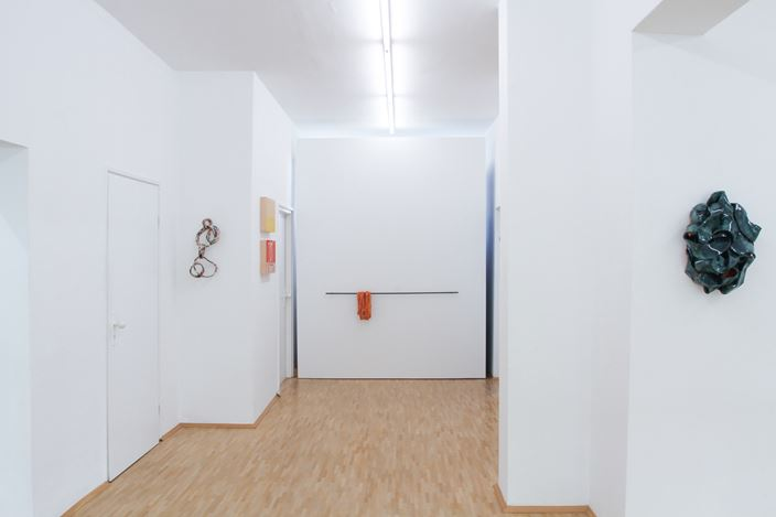 Exhibition view: Claudia Terstappen,Loops, towers, ribbons, straps, Susan Boutwell Gallery, Munich (27 October–28 November 2020). Courtesy Susan Boutwell Gallery.