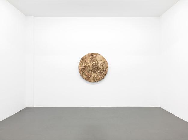 Jason Martin,Tondo(2018).Exhibition view: Jason Martin,Vertigo,Buchmann Galerie, Berlin (28 September–3 November 2018). Courtesy Buchmann Galerie.