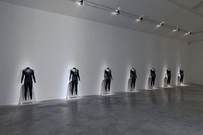 Exhibition view: Alex Israel, Summer 2, Almine Rech Gallery, Paris (10 June–29 July 2017). Courtesy Alex Israel and Almine Rech Gallery. Photo: Zarko Vijatovic.