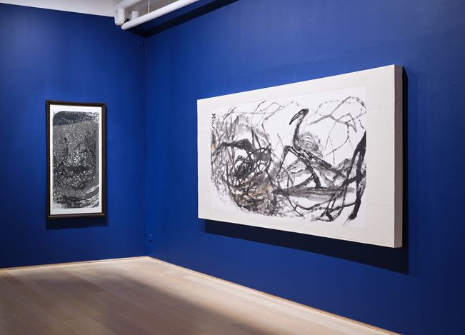 Exhibition view: Shen Aiqi and BuZi, WILD NATURE: The Gestural Brush of Shen Aiqi and BuZi 書畫一氣:莽蕩山林──沈愛其;疾風狂草──卜茲, Hanart TZ Gallery, Hong Kong (14 August–20 September 2019). Courtesy Hanart TZ Gallery. Photo: Kitmin Lee.