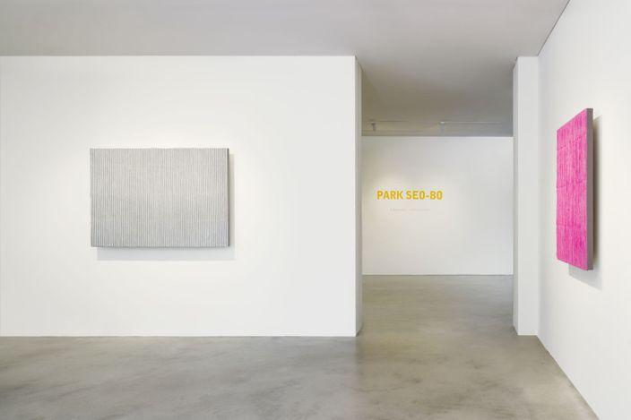 Exhibition view: Park Seo-Bo,Park Seo-Bo, Kukje Gallery K1, Seoul (15 September–31 October 2021). Courtesy Kukje Gallery.
