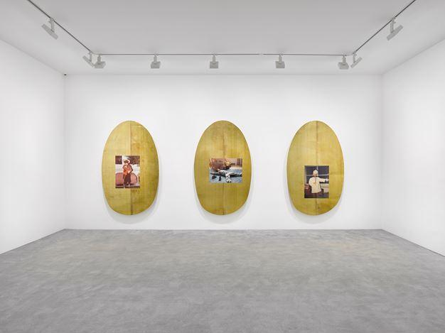 Exhibition view: Jordan Wolfson, ARTISTS FRIENDS RACISTS, David Zwirner, Paris (7 February–21 March 2020). © Jordan Wolfson. Courtesy the artist, David Zwirner and Sadie Coles HQ, London.