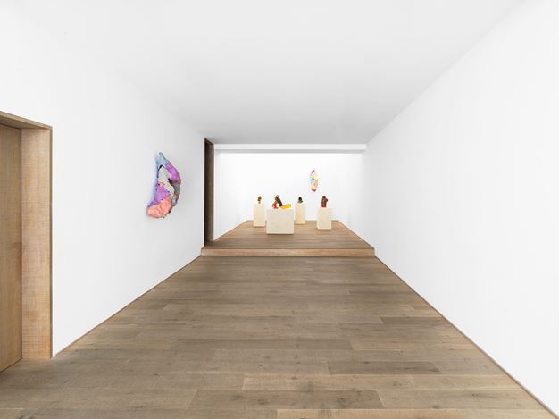 Exhibition view: Lynda Benglis,Ceramics & Sparkle Sculptures, Xavier Hufkens, 107 rue St-Georges, St-Jorisstraat (3 September–10 October 2020). CourtesyXavier Hufkens, Brussels.