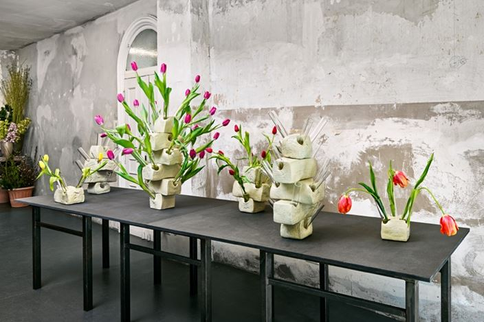 Exhibition view: Guido Geelen,Tulip Vases, Brutto Gusto, Berlin (17 March–20 May 2017). Courtesy Brutto Gusto.