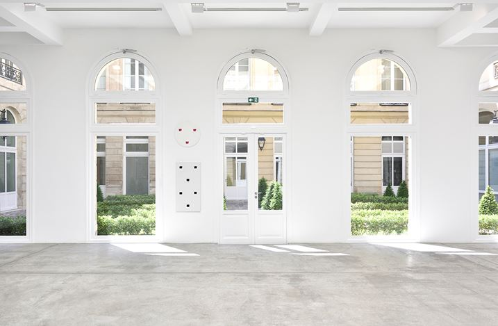 Exhibition view: Niele Toroni, Un tout de différences, Galerie Marian Goodman, Paris (16 May–25 July 2020). Courtesy the artist and Marian Goodman Gallery. Photo credit: Rebecca Fanuele.
