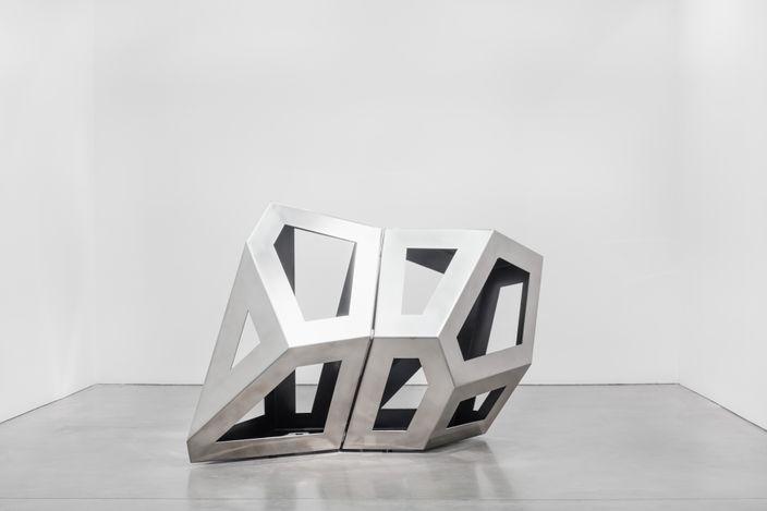 Richard Deacon, Twofold Way CD (Black) (2021). Stainless steel 160 x 145 x 240 cm. Courtesy Galerie Thomas Schulte. Photo: Stefan Haehnel
