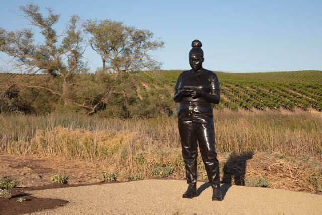 Thomas J Price, Reaching Out (2020). Silicon bronze. Edition of 3. 274.3 cm (height). Exhibition view: The Donum Estate, Sonoma, CA. Courtesy Hauser & Wirth. Photo: Robert Berg.