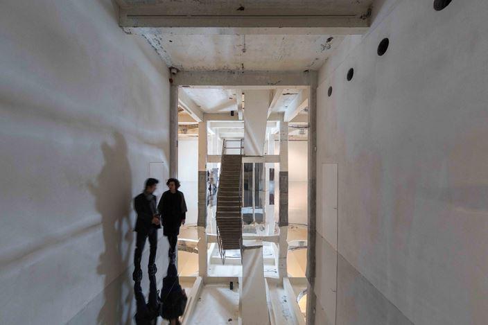 Exhibition view: Kimsooja, Gazing Into Sphere,Axel Vervoordt Gallery, Antwerp (20 January–24 March 2018). Courtesy the artist and Axel Vervoordt Gallery. Photo:©SebastianSchutyser.