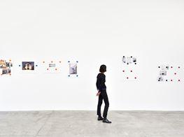 "Niele Toroni<br><em>Un tout de différences</em><br><span class=""oc-gallery"">Galerie Marian Goodman</span>"