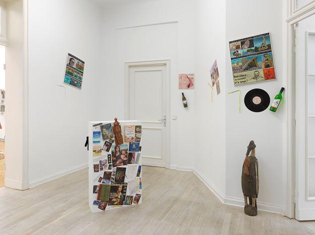 """Exhibition view:Georges Adéagbo,""""L'Abécédaire de Georges Adéagbo: la civilisation parlant et faisant voir la culture""""..!, Barbara Wien, Berlin (7 February–15 August 2020). Courtesy Barbara Wien."""