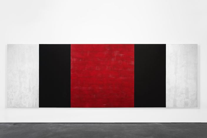 Mary Corse, Untitled (White, Black, Red, Beveled) (2019). Glass microspheres in acrylic on canvas. 78 x 216 inches / 198.1 x 548.6 cm. © Mary Corse. Courtesy Kayne Griffin Corcoran.