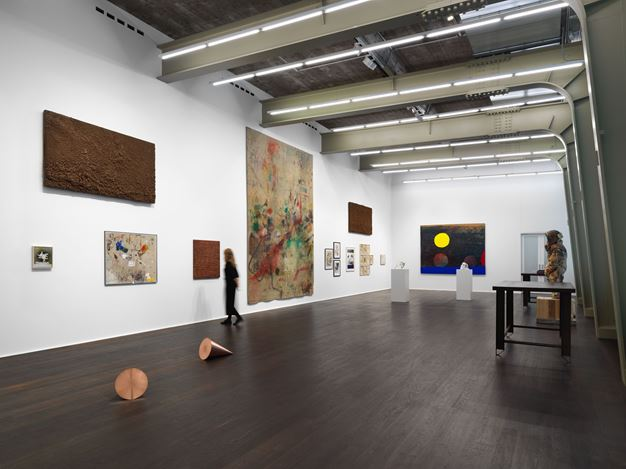 Exhibition view: Group Exhibiiton, Tables, Carpets & Dead Flowers, Hauser & Wirth, Zürich (17 November–21 December 2018 ). © the artists / estates. Courtesy the artists / estates and Hauser & Wirth.