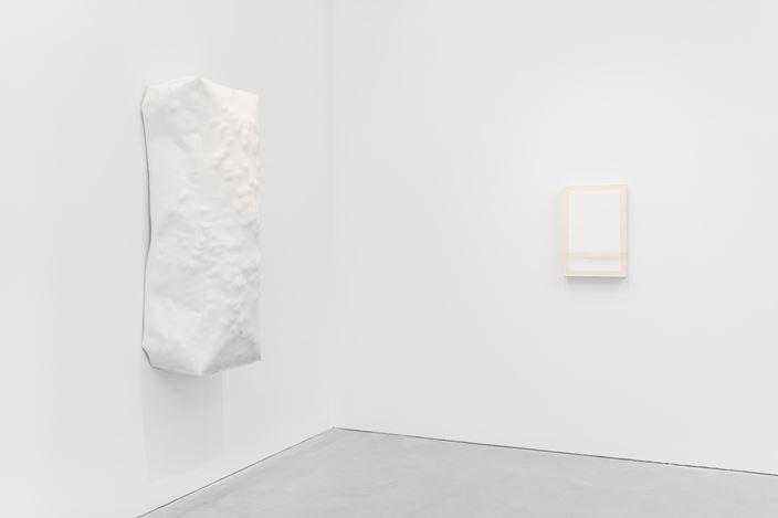 Exhibition view: Angela de la Cruz, BLANK, Galerie Thomas Schulte, Berlin (16 January–27 February 2021). Courtesy Galerie Thomas Schulte. Photo: ©Stefan Haehnel.