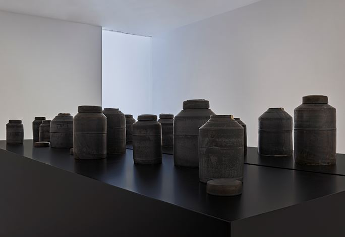 Exhibition view: Edmund de Waal, some winter pots, Gagosian, Davies Street, London (3 December 2020–30 January 2021). © Edmund de Waal. Courtesy Gagosian. Photo: Prudence Cummings Associates.