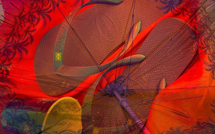 Roe Ethridge,Beach Umbrella with Cup and Flip Flops (2020) (detail). © Roe Ethridge. Courtesy Gagosian.