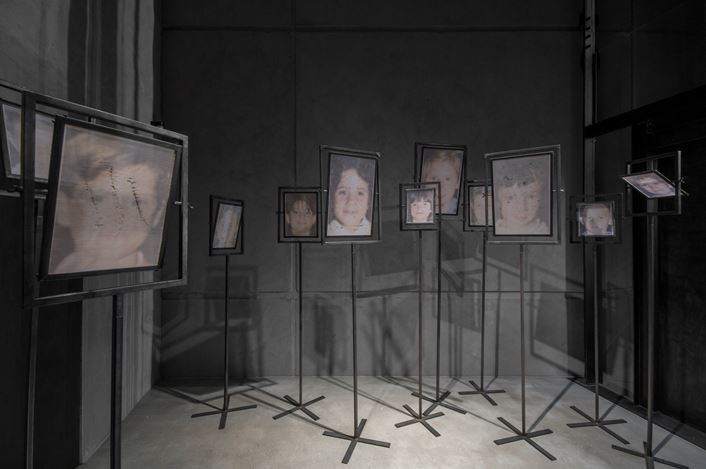 Christian Boltanski, Après (2000). 12 coloured photographic prints on linen cloth in metal frames, on metal rods and metal base. Exhibition view: Christian Boltanski, Room #6, KEWENIG, Berlin (20 June—12 July 2019). Courtesy KEWENIG.