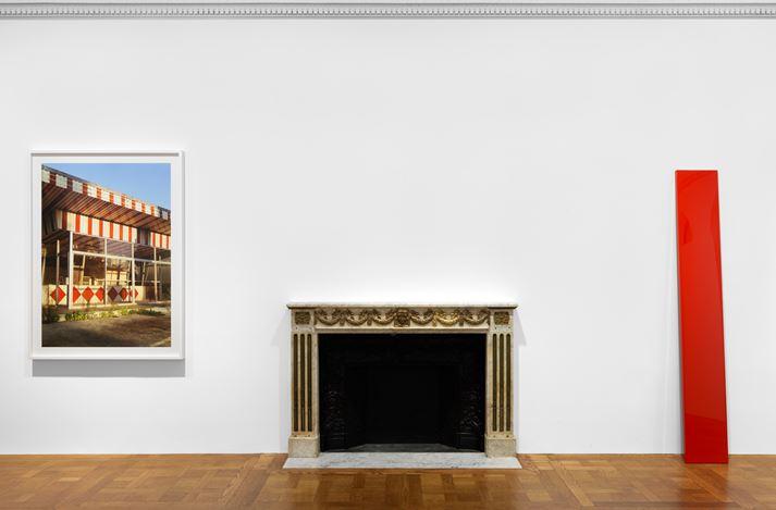 Exhibition view: William Eggleston and John McCracken, True Stories, David Zwirner, New York (9 March–17 April 2021). Courtesy David Zwirner.