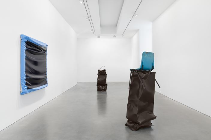 Exhibition view: Angela de la Cruz, Layers, Galerie Thomas Schulte, Berlin (26 October 2019–11 January 2020). Courtesy Angela de la Cruz and Galerie Thomas Schulte, Berlin. Photo: ©Stefan Haehnel.