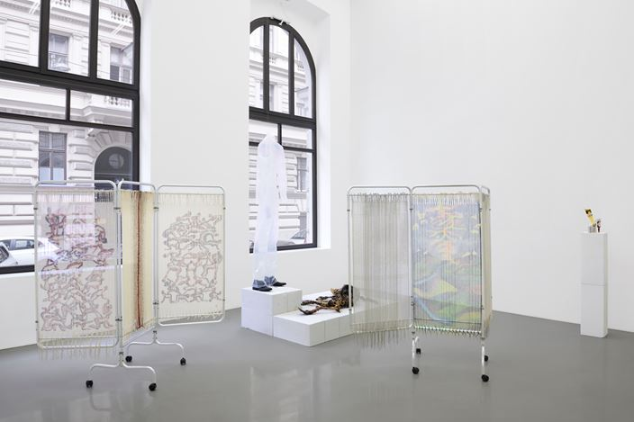 Exhibition view:SEÑORA!,Curated by Kris Lemsalu and Sarah Lucas, MEYER KAINER (8 September–24 October 2020). Courtesy MEYER KAINER.