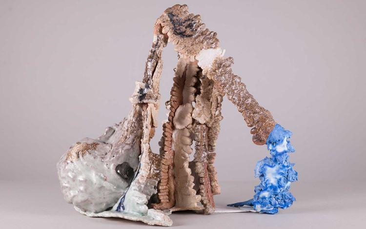 Raphael Weilguni Viola Relle,Die Raute kann eigentlich jeder (2019). Glazed porcelain, ceramic, plaster. 32 x 37 x 21 cm. Courtesy Galerie Rüdiger Schöttle.