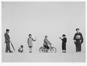 爸爸、媽媽、與孩子們 Dad, Mom and Their Children by Shoji Ueda contemporary artwork