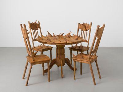 Hugh Hayden, America (2018). Sculpted mesquite (prosopis glandulosa) on plywood. Overall dimensions: 109.54 x 205.42 x 205.42 cm; Table: 90.17 x 101.6 x 101.6 cm; Chairs: 109.85 x 44.45 cm. © Hugh Hayden.