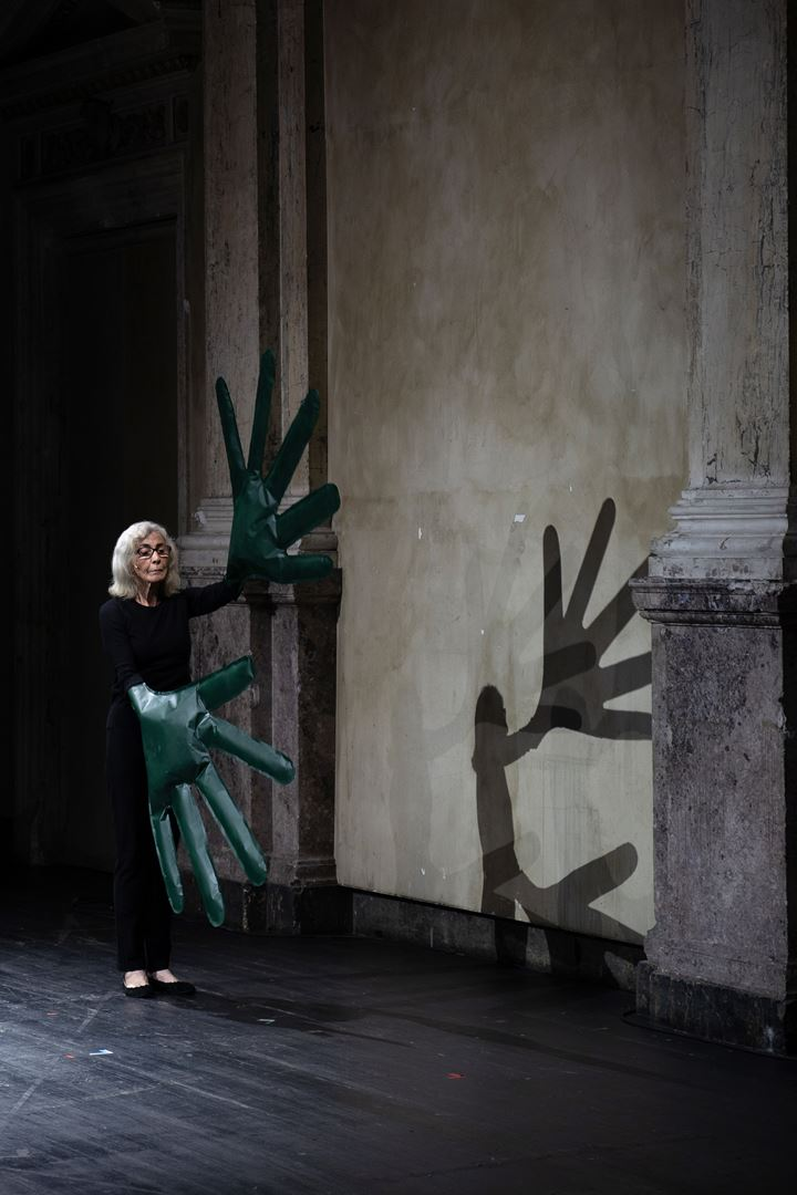 Sylvia Palacios Whitman, Green Hands and Other Performances (2019). Performance at Kunsthalle Wien, Vienna (17 November 2019). Courtesy Kunsthalle Wien. Photo: David Avazzadeh.